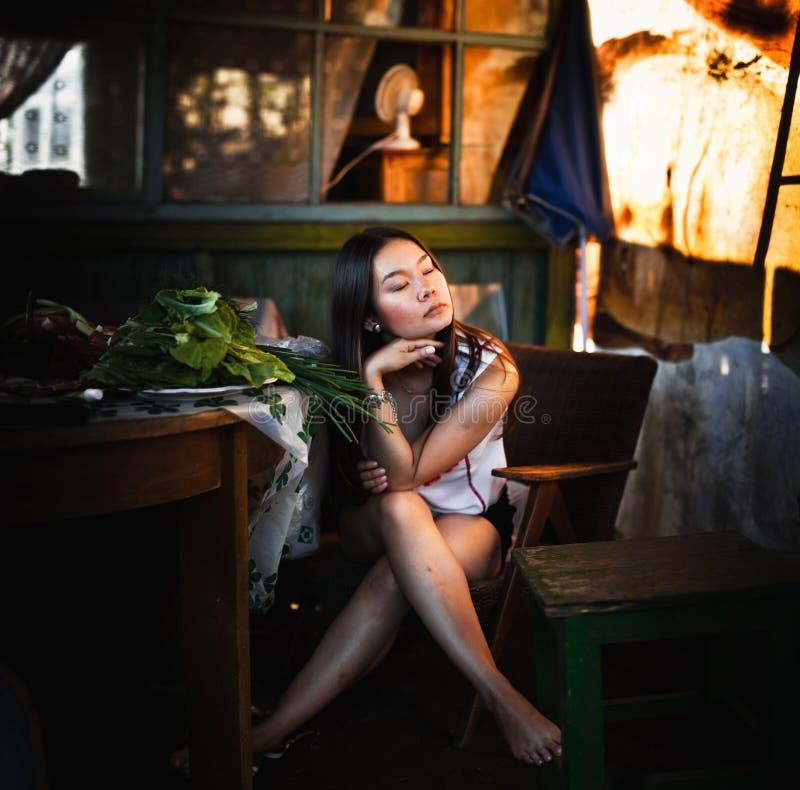 Потерянный в мысли девушку на загородном доме стоковые фото