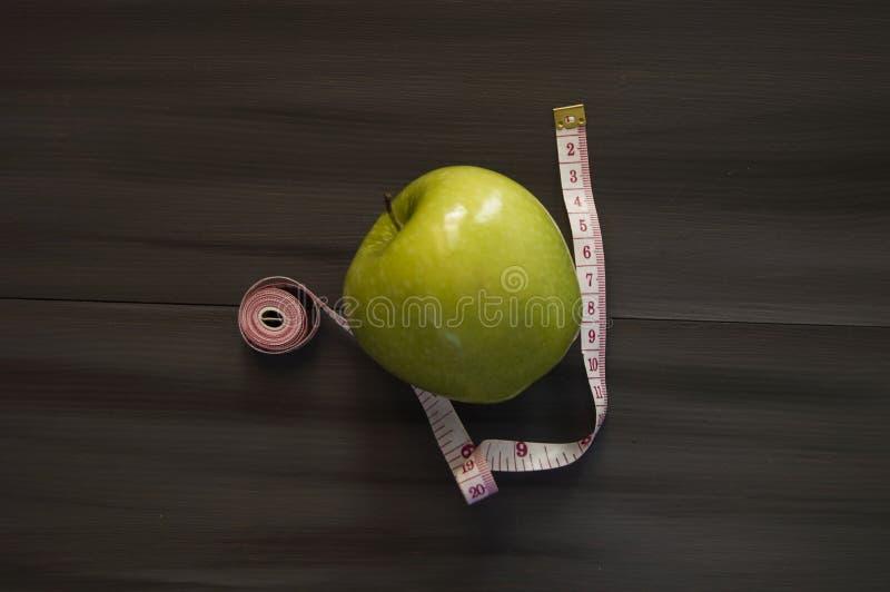 Потеря веса, зеленое яблоко и уменьшение, потеря веса с яблоком, преимуществами зеленого яблока, потерей веса, здоровой жизнью стоковое изображение rf