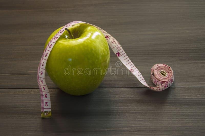 Потеря веса, зеленое яблоко и уменьшение, потеря веса с яблоком, преимуществами зеленого яблока, потерей веса, здоровой жизнью стоковые изображения rf