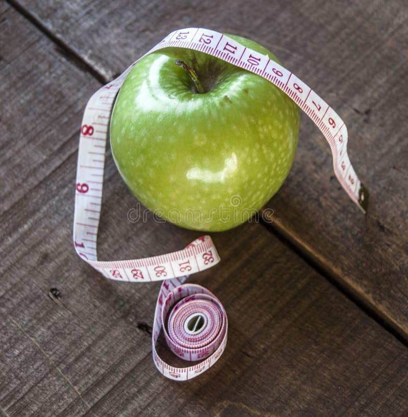 Потеря веса, зеленое яблоко и уменьшение, потеря веса с яблоком, преимуществами зеленого яблока, потерей веса, здоровой жизнью стоковое изображение