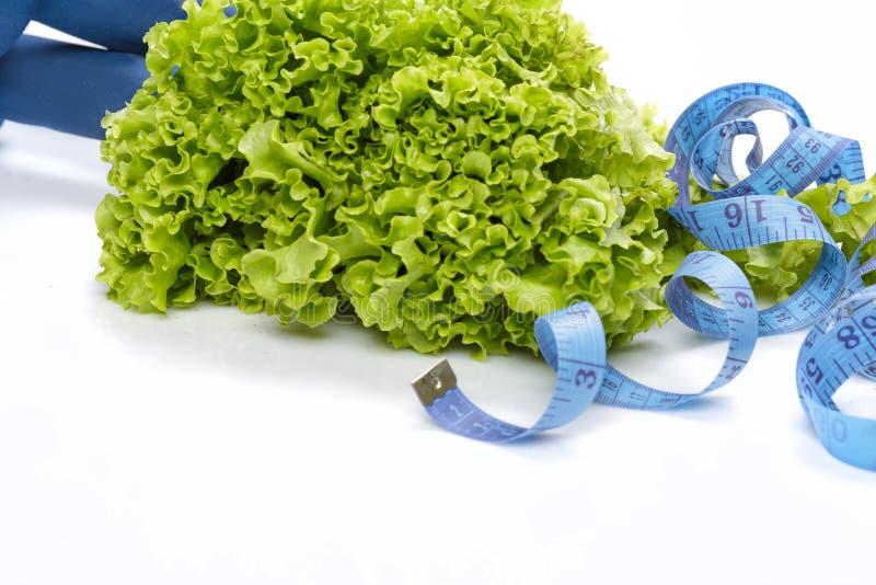 Потеря диеты и веса, вытрезвитель гантели, салат стоковое фото rf