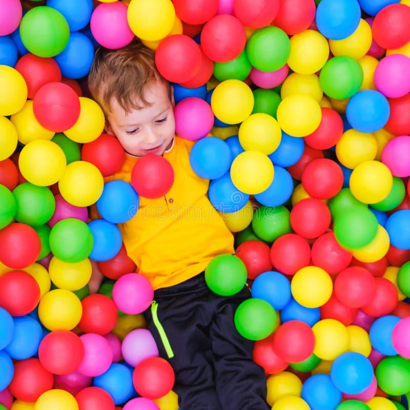 Потеха бассейна шарика игры ребенк мальчик стоковая фотография