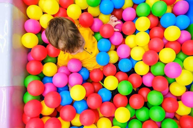 Потеха бассейна шарика игры ребенк утеха немного стоковое фото