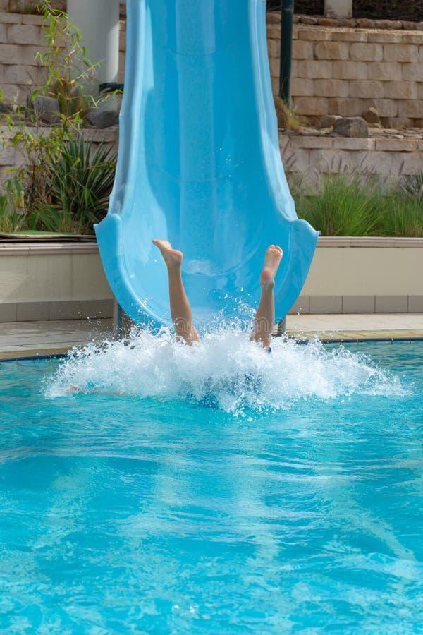 Потеха водных горок в бассейне летом разбивая в воду делая большой выплеск стоковые изображения