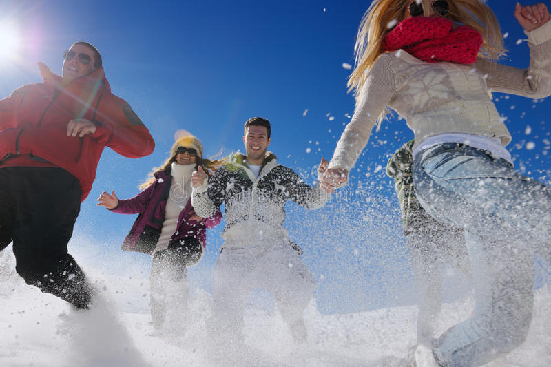 Потеха зимы с молодые люди группы стоковая фотография rf