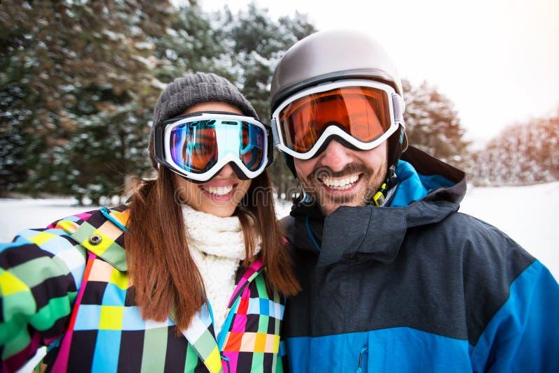 Потеха зимы Selfie для пар стоковое фото
