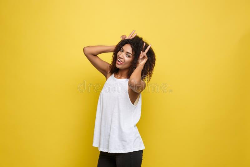 Потеха и концепция людей - портрет выстрела в голову счастливой женщины Alfo Афро-американской с веснушками усмехаясь и показывая стоковые изображения rf