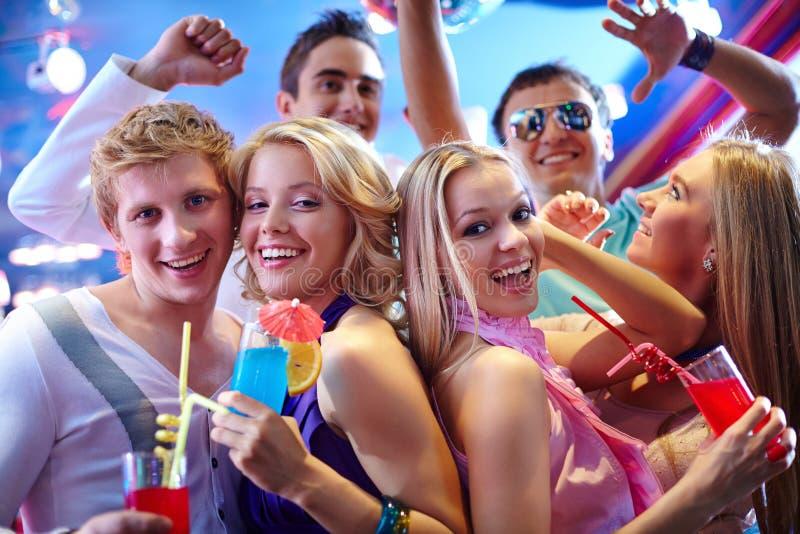 потеха коктеила имея детенышей людей партии стоковое изображение