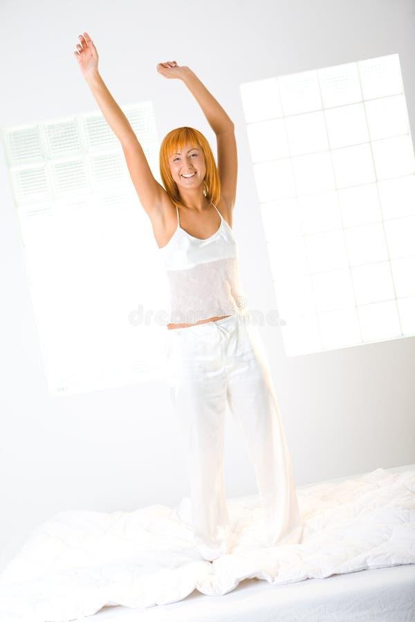 потеха кровати имеет женщину стоковое фото rf