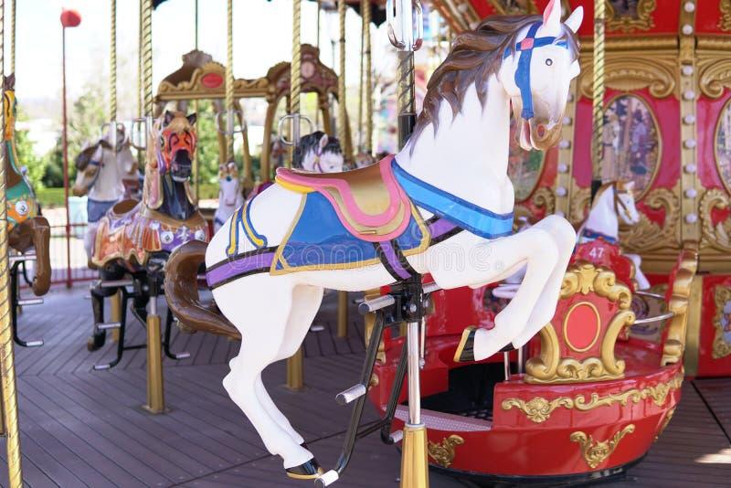 Потеха x лошади carousel привлекательностей ребенк красочная стоковое фото rf