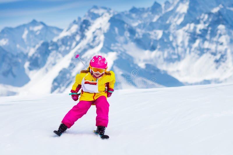 Download Потеха лыжи и снега кататься на лыжах малышей Спорт зимы ребенка Стоковое Изображение - изображение: 105113123