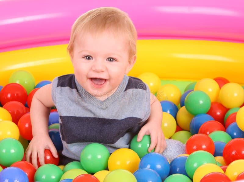 потеха мальчика дня рождения шариков стоковые фото