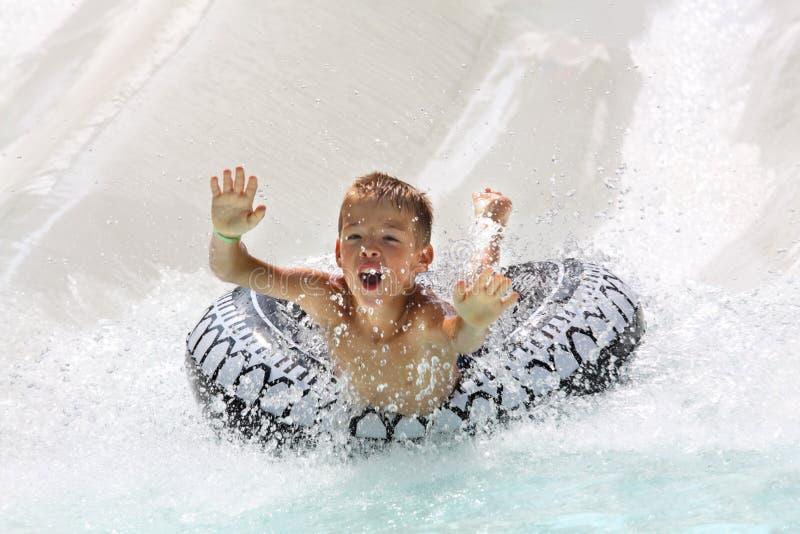 потеха мальчика имея воду парка стоковые изображения