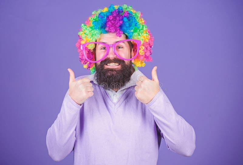 Потеха партии Насладитесь быть сумасшедший Чувствуйте свободный выразить t Потеха праздника и концепция масленицы Человек бородат стоковая фотография