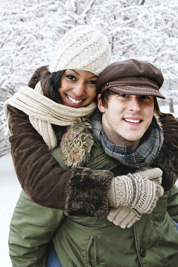 потеха пар имея внешнюю зиму стоковая фотография