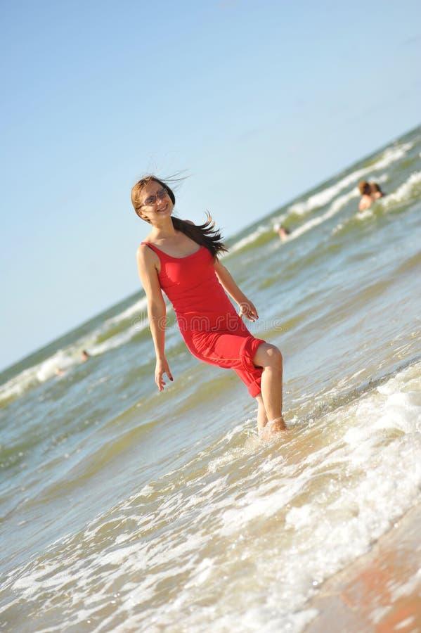 потеха пляжа имея милых детенышей женщины стоковые изображения rf