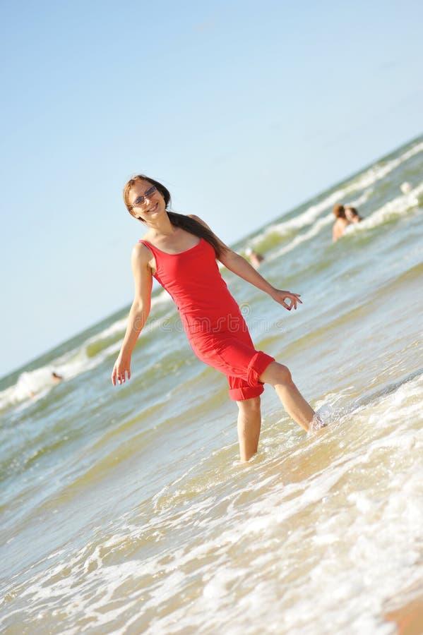 потеха пляжа имея милых детенышей женщины стоковые изображения