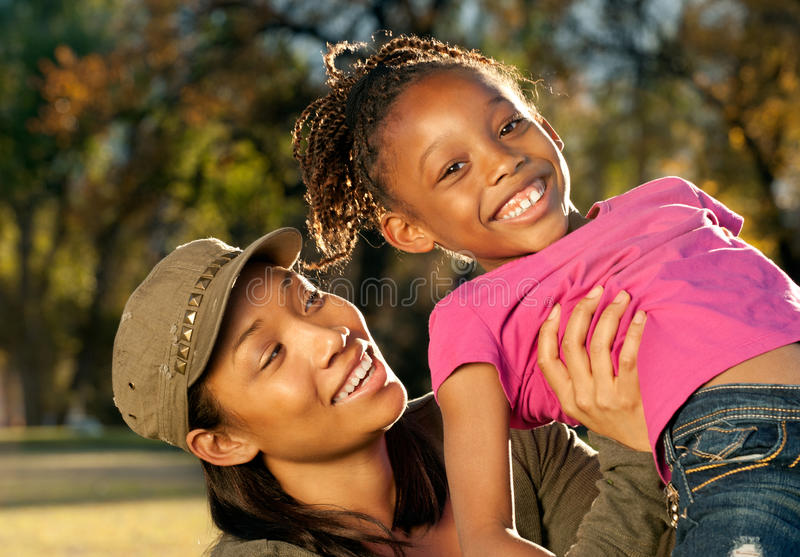 потеха ребенка имея мать шаловливую стоковое фото rf