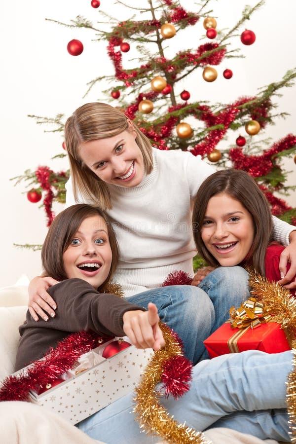 потеха рождества имея 3 женщин молодых стоковые фотографии rf