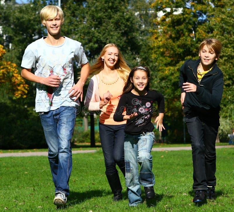 потеха семьи счастливая имеет парк стоковые фотографии rf