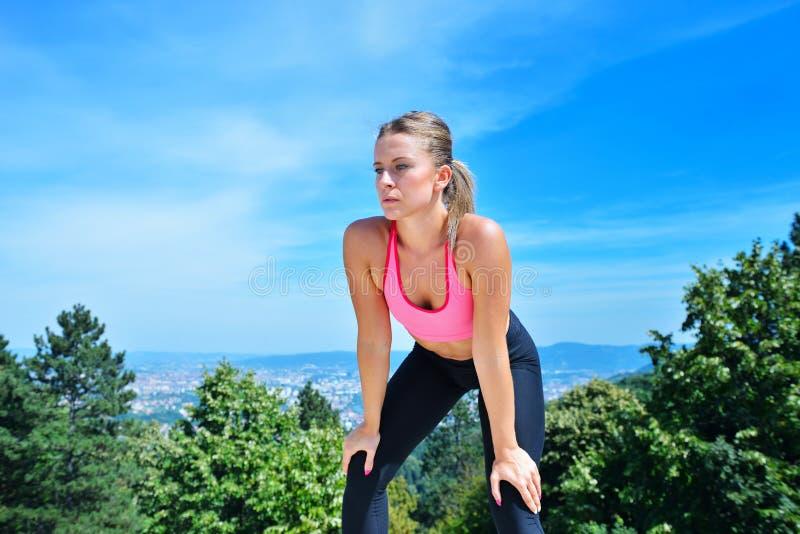 Download Потная женщина пригодности утомляла после тренировки Стоковое Фото - изображение насчитывающей красивейшее, напольно: 81800954