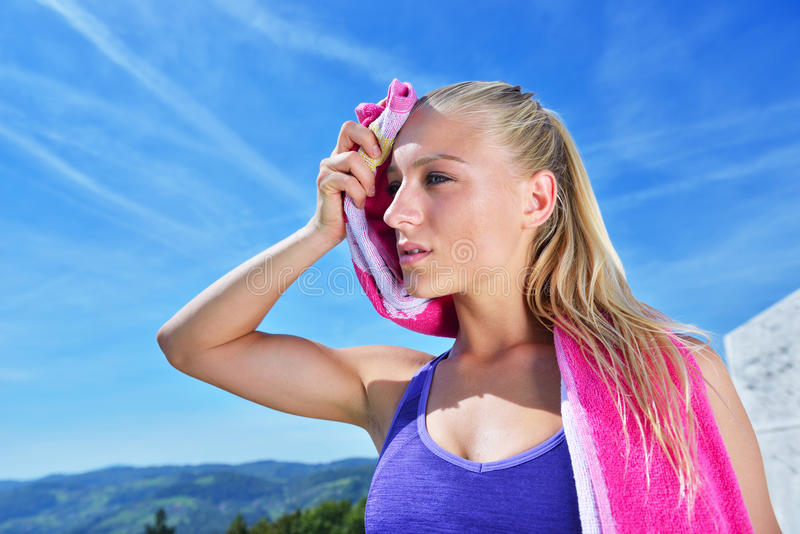 Download Потная женщина пригодности утомляла после тренировки Стоковое Изображение - изображение насчитывающей женщина, отдыхать: 81803057