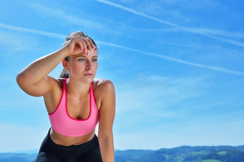 Download Потная женщина пригодности утомляла после тренировки Стоковое Изображение - изображение насчитывающей кавказско, экземпляр: 81803893