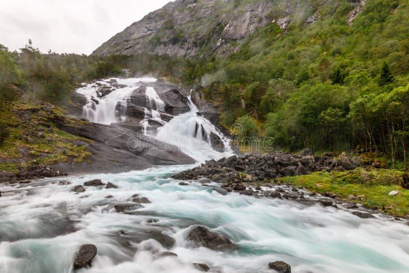 Потоки водопада Tveitafossen сильные в долине Husedalen, Kinsarvik, муниципалитете Ullensvang, графстве Hordaland, Норвегии стоковая фотография rf