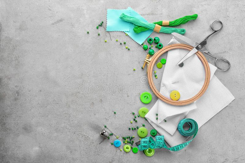 Потоки и комплект для вышивки стоковое фото