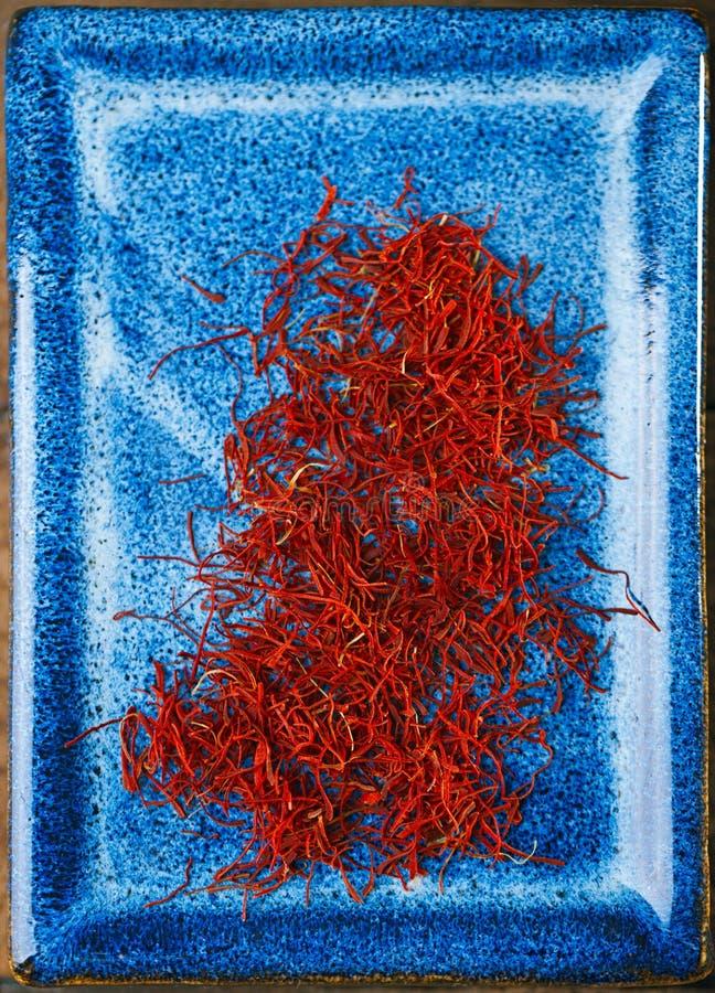 Потоки космоса шафрана в голубом шаре плиты стоковое изображение rf