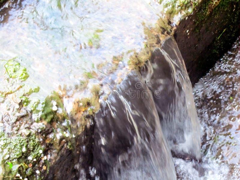 Поток бежать над шагами песчаника стоковые фото