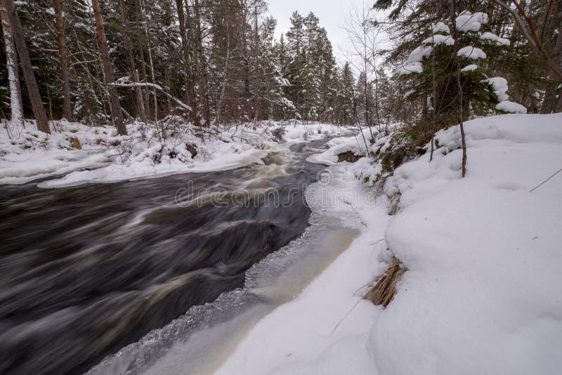Поток воды с снегом и льда в Швеции феврале 2018 стоковое изображение