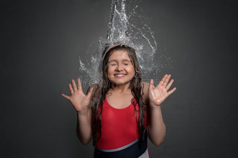 Поток воды девочка-подростка заразительный от верхней части стоковые изображения