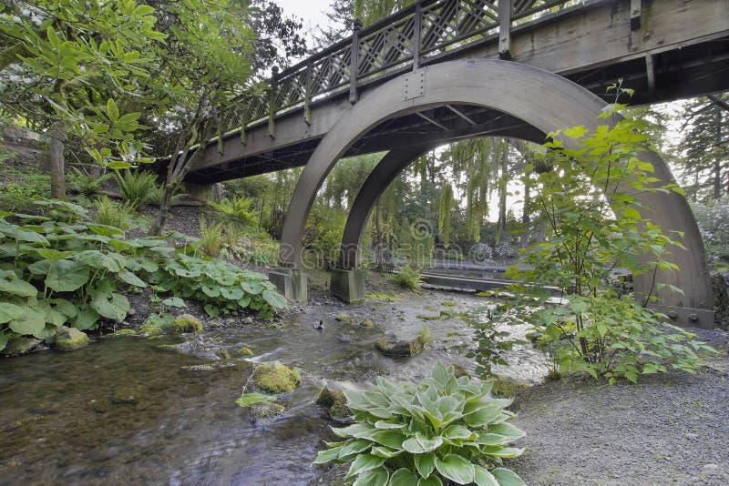 Поток под сводами деревянного моста стоковые изображения