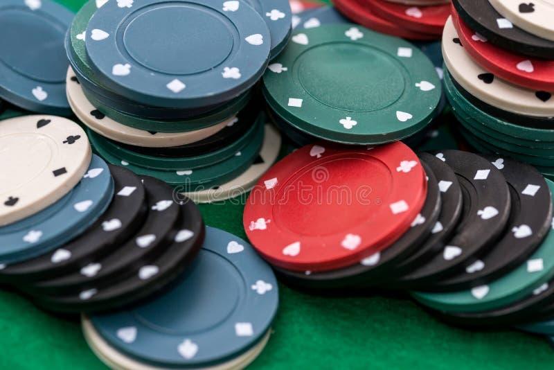 Поток различных обломоков казино изолирован на зеленой предпосылке стоковое фото rf