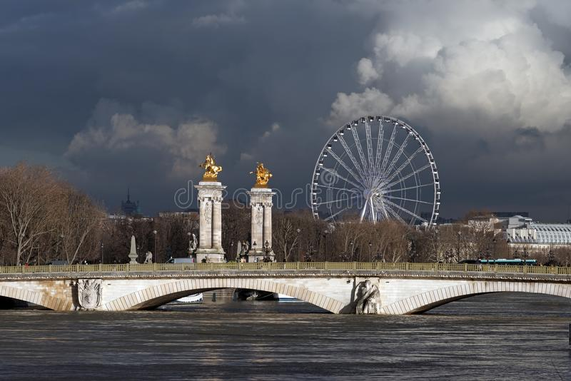 Поток Рекы Сена в Париже стоковые фотографии rf