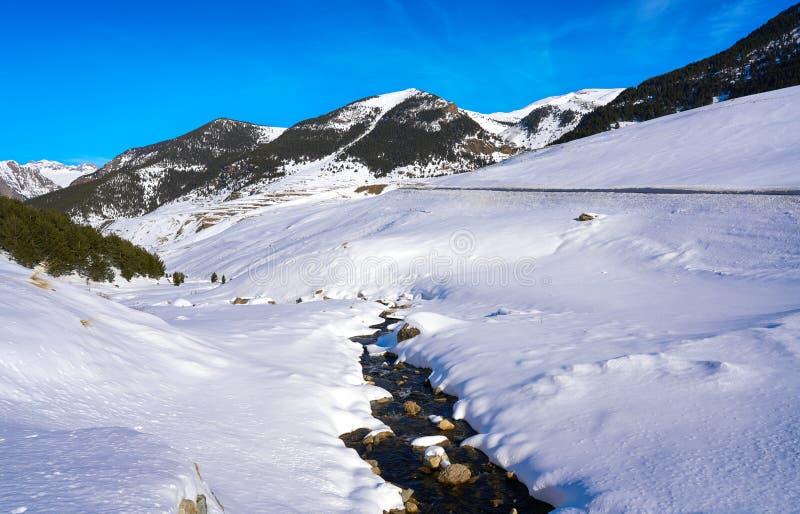 Поток снега Cerler в Пиренеи Уэски Испании стоковые изображения