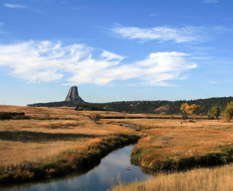Поток луга перед башней дьяволов около Hulett и Sundance Вайоминга около Black Hills стоковая фотография