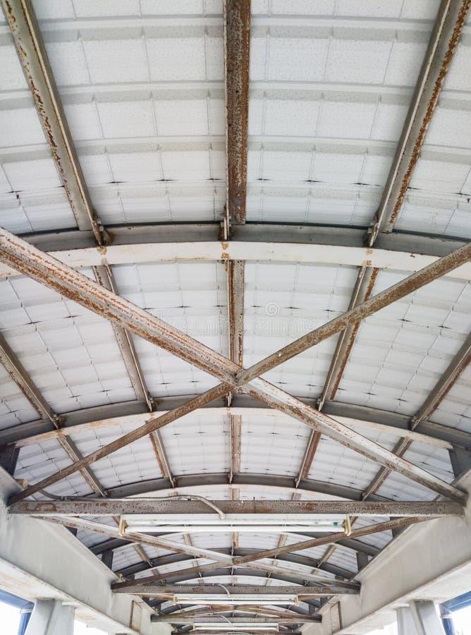Потолок металла пешеходного моста стоковое фото