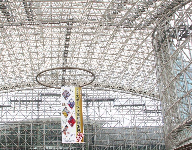 Потолок огораживает здание вокзала современное стеклянное стальное, Kanazawa, Японию стоковые фото