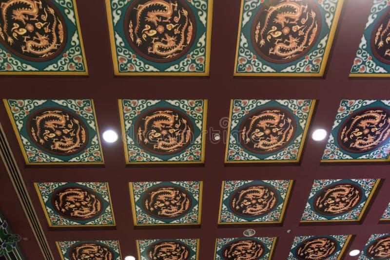 Потолок с китайскими орнаментами дракона стоковая фотография rf