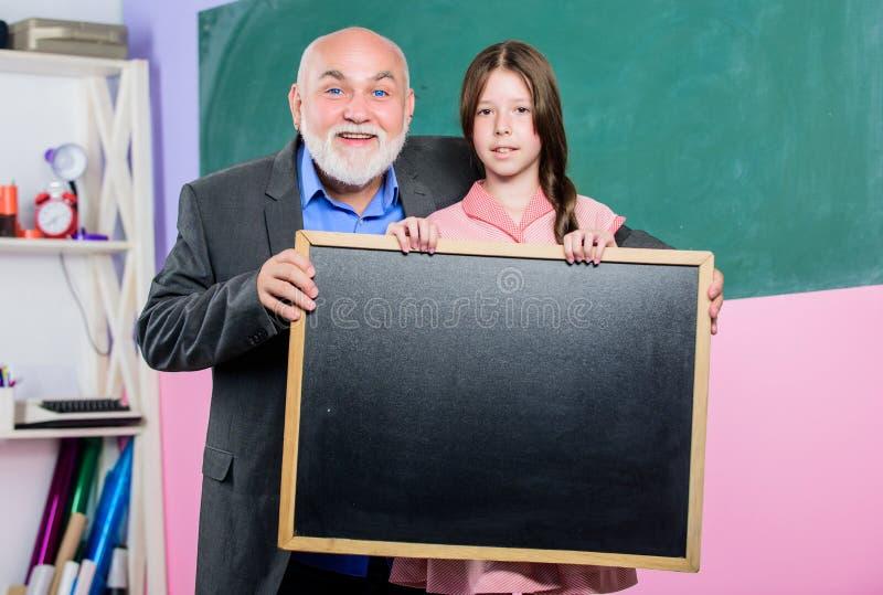 Потому что опыт имеет значение зрелый учитель и счастливая девушка зрачка пустая доска мела Продажи школы класс школы стоковое фото rf