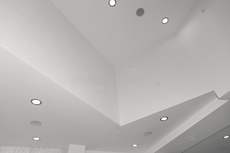 Потолок и освещение внутри офисного здания стоковая фотография rf