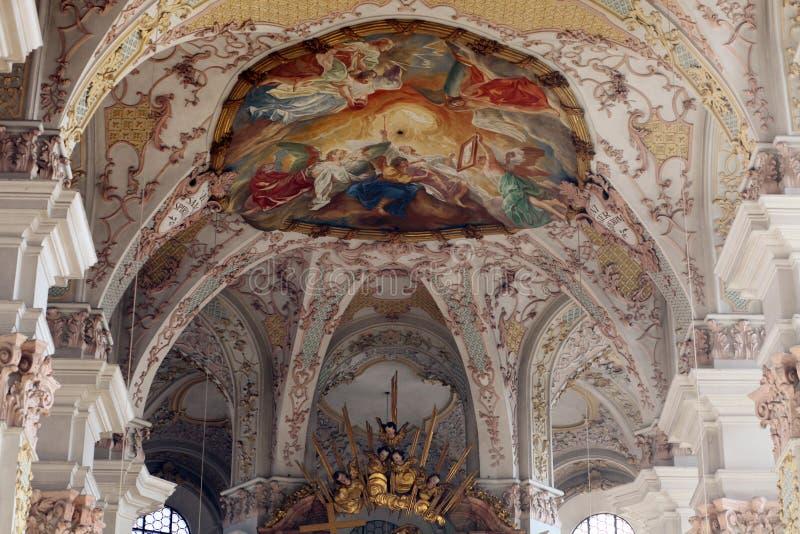 Потолок фрески на церков St Peter в Мюнхене стоковые изображения