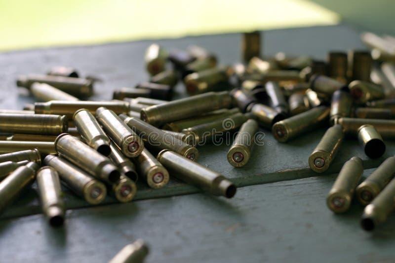 Download потраченный боеприпасы стоковое фото. изображение насчитывающей золото - 491464
