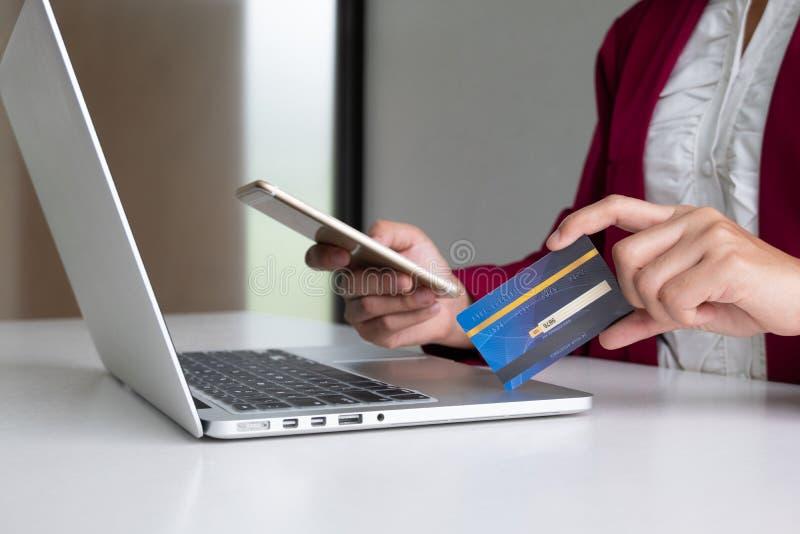 Потребительские расходы бизнес-леди через кредитную карточку и смартфон для онлайн покупок стоковое изображение rf