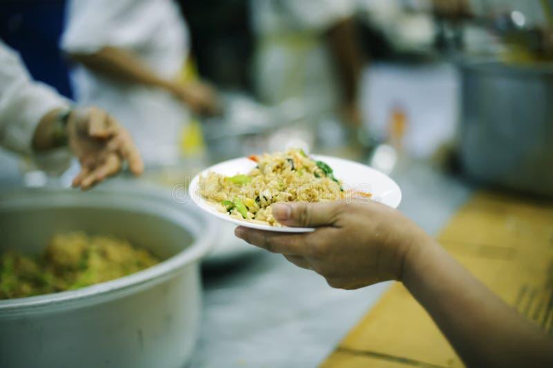 Потребности еды бедных в помощи общества с пожертвованием еды: Концепция голода стоковая фотография rf