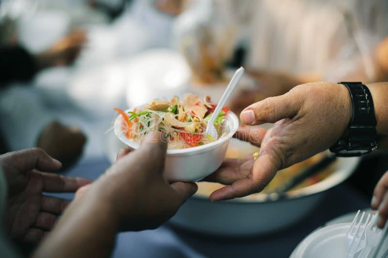Потребности еды бедных человеков происходят в каждой стране на этой планете: концепция давать стоковое фото
