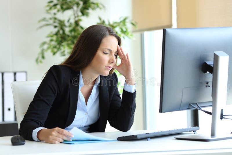 Потревоженная головная боль страдания работника офиса стоковые изображения