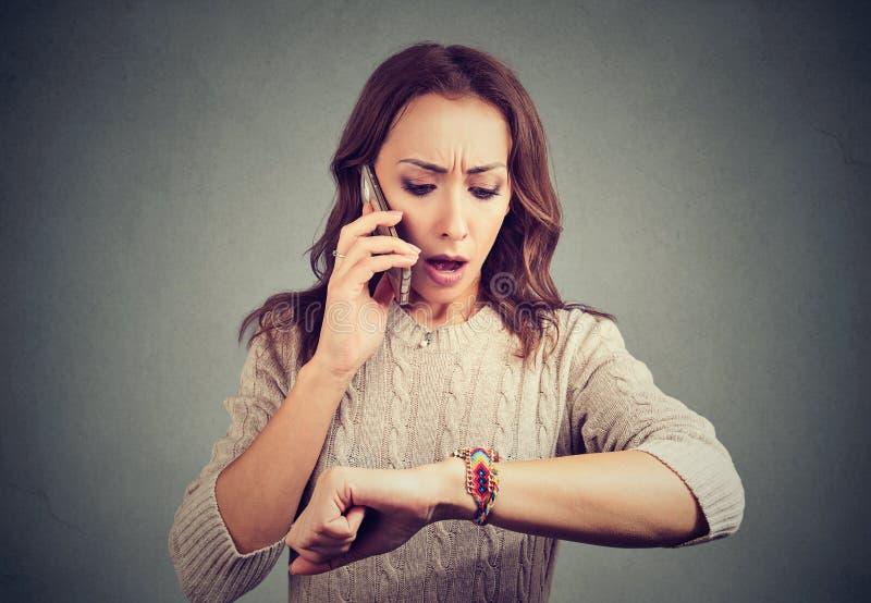 Потревоженная девушка имея звонок и быть последний стоковые фотографии rf